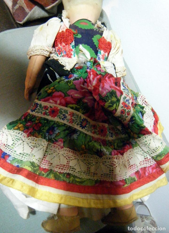 Muñecas Extranjeras: Lote muñeco y muñeca cartón piedra y trapo vestimenta regional - Foto 6 - 161690836