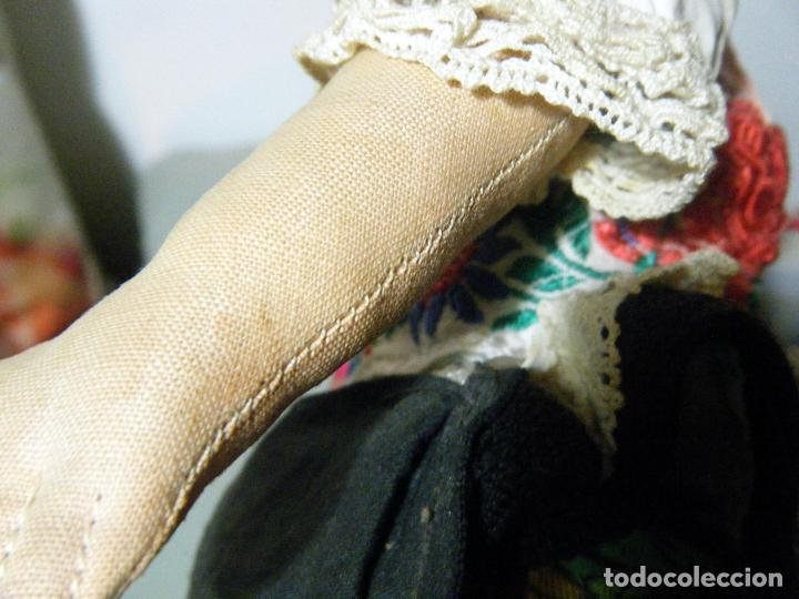 Muñecas Extranjeras: Lote muñeco y muñeca cartón piedra y trapo vestimenta regional - Foto 11 - 161690836