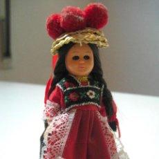 Muñecas Extranjeras: MUÑECA REGIONAL PLÁSTICO DURO OJOS DURMIENTES 11CM. ( LE FALTA UN ZAPATO ). Lote 72271299