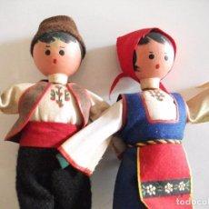 Muñecas Extranjeras: MUÑECO Y MUÑECA - PAREJA DE MUÑECOS CON VESTIDOS TRADICIONALES - CARA DE MADERA CUERPO DE TELA. Lote 82476220