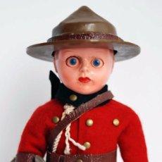 Muñecas Extranjeras: MUÑECO ROGARK POLICIA CANADIENSE POLICIA MONTADA AÑOS 40 MIDE 15 CM NIÑO OJOS DURMIENTES 1940 UK. Lote 86866836