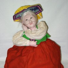 Muñecas Extranjeras: MUÑECA GUARDA TETERA U PARA CUBRIR OTROS RECIPIENTES Y CONSERVAR EL CALOR. AÑOS 40-50. 39 CM ALTO.. Lote 91936890
