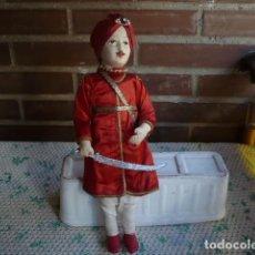 Muñecas Extranjeras: MUÑECO TELA Y ALAMBRE CON TURBANTE ATUENDO INDU?. Lote 106573911