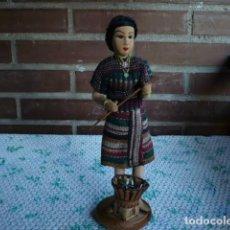 Muñecas Extranjeras: MUÑECA FILIPINA DE TELA RELLENA Y ALAMBRE ATUENDO CAMPESINA. Lote 107188199