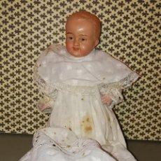 Muñecas Extranjeras: ANTIGUO MUÑECO BEBE. CON SU CONJUNTO DE BAUTIZO. CELULOIDE Y CARTÓN PIEDRA.. Lote 113460431