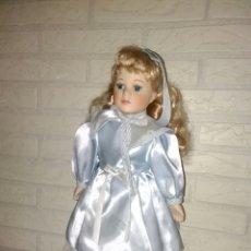 Muñecas Extranjeras: BONITA MUÑECA DE PORCELANA VESTIDO ORIGINAL. Lote 118113512