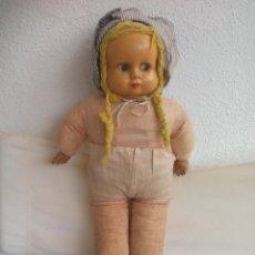 Muñecas Extranjeras: ANTIGUA MUÑECA CON CUERPO DE TRAPO Y CARA CREO QUE EN CELULOIDE. 38 CM. MUÑECO.. Lote 119044331