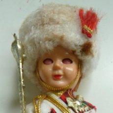 Muñecas Extranjeras: MUÑECO ANTIGUO GUARDIA REAL ESCOCESA (16 CM DE ALTO). OJOS MÓVILES. Lote 119177455