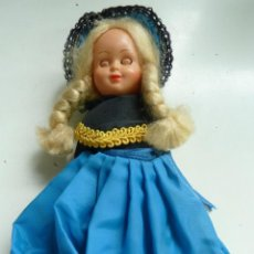 Muñecas Extranjeras: MUÑECA ANTIGUA TRAJE TÍPICO (19 CM DE ALTO). OJOS MÓVILES. Lote 119180603