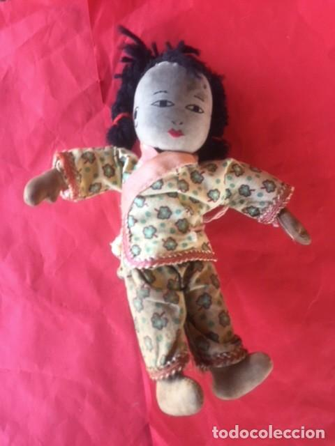 Muñecas Extranjeras: Curiosa primitiva muñeca trapo rasgos cara bordados siglo XIX o principios XX - Foto 2 - 122182139