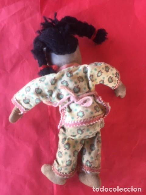 Muñecas Extranjeras: Curiosa primitiva muñeca trapo rasgos cara bordados siglo XIX o principios XX - Foto 3 - 122182139