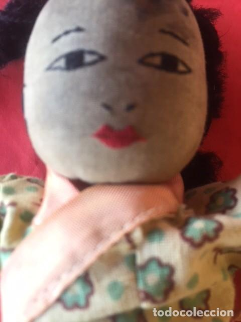 Muñecas Extranjeras: Curiosa primitiva muñeca trapo rasgos cara bordados siglo XIX o principios XX - Foto 4 - 122182139