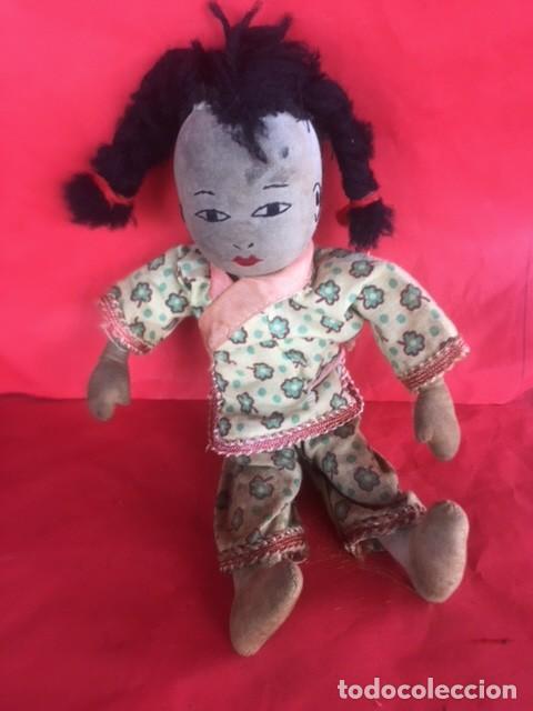 Muñecas Extranjeras: Curiosa primitiva muñeca trapo rasgos cara bordados siglo XIX o principios XX - Foto 6 - 122182139
