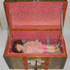 Muñecas Extranjeras - Antigua Muñeca de Porcelana. S.XIX. Con baúl y ropa de época. Con marca en la nuca. - 128922927