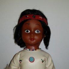 Muñecas Extranjeras: BONITA ANTIGUA MUÑECA INDIA NEGRITA AÑOS 70'S. Lote 135232994