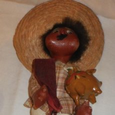 Muñecas Extranjeras: MUÑECO MEXICANO CON UNA HUCHA DE BARRO BARNIZADA Y PINTADA A MANO. Lote 136062406