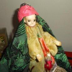 Muñecas Extranjeras: RARÍSIMO MUÑECO DE CERA VERTIDA Y OJOS DE CRISTAL CON CARRITO DE MADERA. Lote 148179710