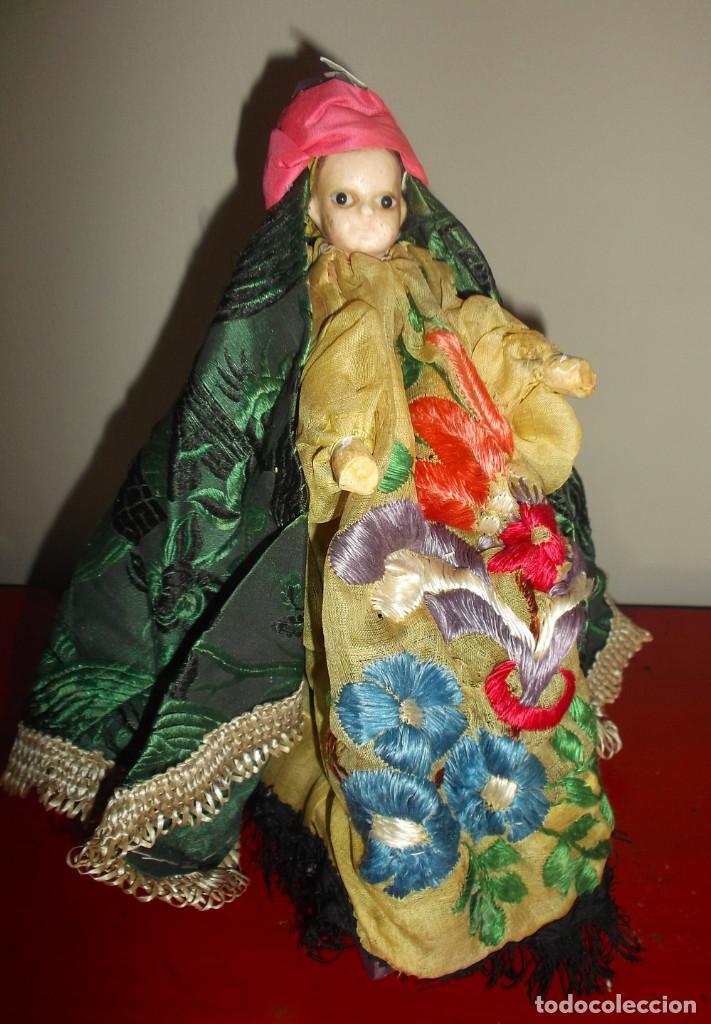 RARÍSIMO MUÑECO DE CERA VERTIDA Y OJOS DE CRISTAL CON CARRITO DE MADERA JUGUETE DE ARRASTRE (Juguetes - Muñeca Extranjera Antigua - Otras Muñecas)