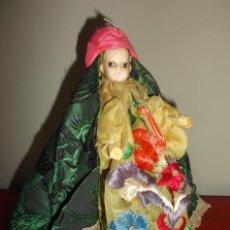 Muñecas Extranjeras: RARÍSIMO MUÑECO DE CERA VERTIDA Y OJOS DE CRISTAL CON CARRITO DE MADERA JUGUETE DE ARRASTRE. Lote 148179710
