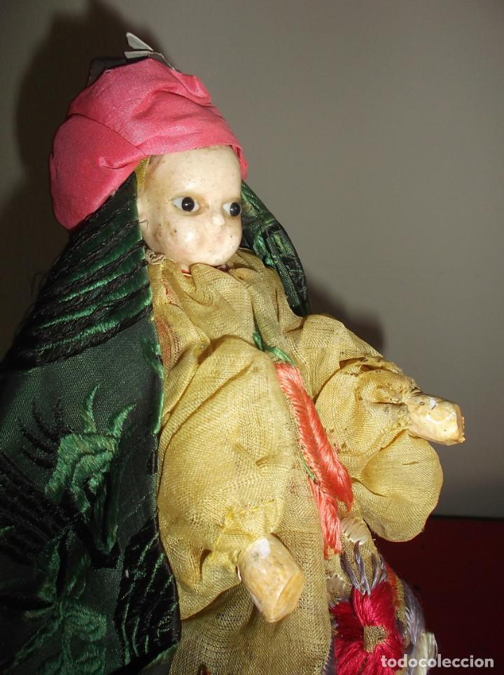 Muñecas Extranjeras: Rarísimo muñeco de cera vertida y ojos de cristal con carrito de madera juguete de arrastre - Foto 3 - 148179710