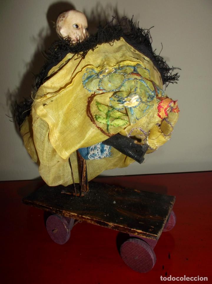 Muñecas Extranjeras: Rarísimo muñeco de cera vertida y ojos de cristal con carrito de madera juguete de arrastre - Foto 7 - 148179710