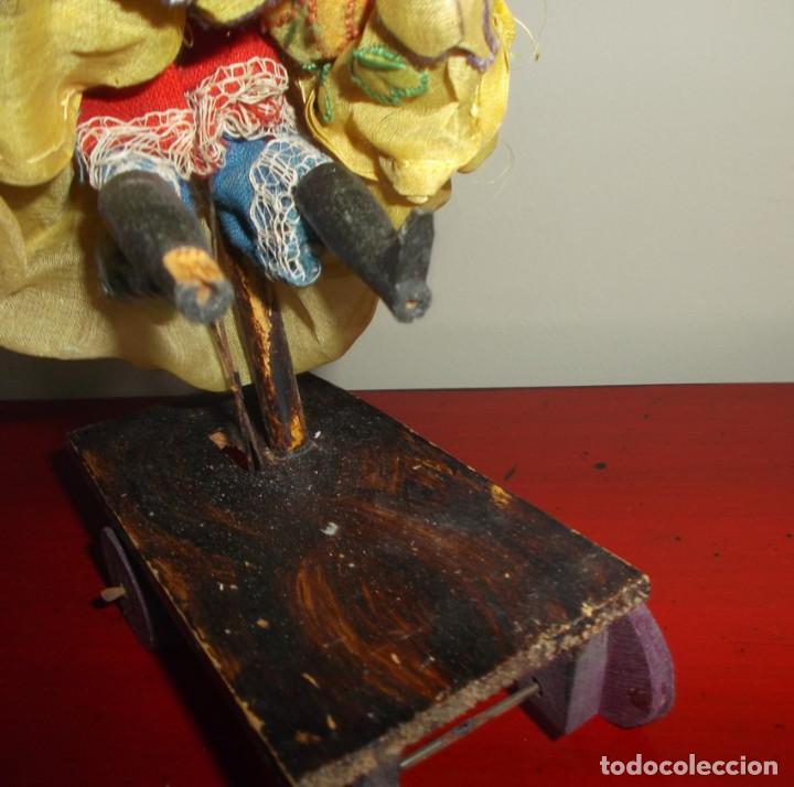 Muñecas Extranjeras: Rarísimo muñeco de cera vertida y ojos de cristal con carrito de madera juguete de arrastre - Foto 8 - 148179710