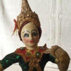 Muñecas Extranjeras: ANTIGUA MUÑECA BAILARINA TAILANDESA CON SU TRAJE TIPICO. Lote 151007010