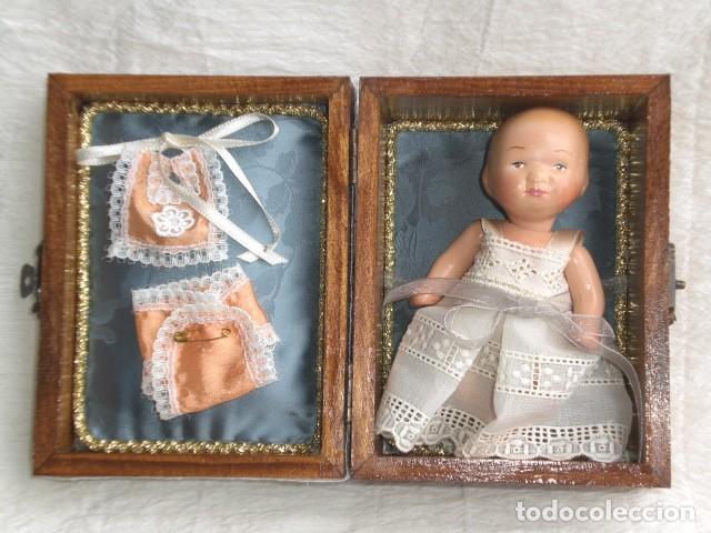 PRECIOSO COFRE DECORADO CON MUÑECA TINY Y SU AJUAR - EEUU - REPRODUCCIÓN EN COMPOSICIÓN (Juguetes - Muñeca Extranjera Antigua - Otras Muñecas)