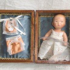 Muñecas Extranjeras: PRECIOSO COFRE DECORADO CON BEBE TINY Y SU AJUAR - REPRODUCCIÓN EN COMPOSICIÓN. Lote 151962434