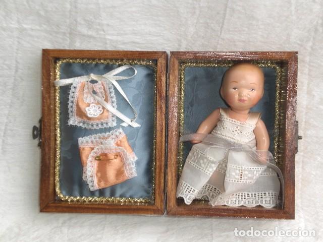 Muñecas Extranjeras: PRECIOSO COFRE DECORADO CON MUÑECA TINY Y SU AJUAR - EEUU - REPRODUCCIÓN EN COMPOSICIÓN - Foto 2 - 151962434