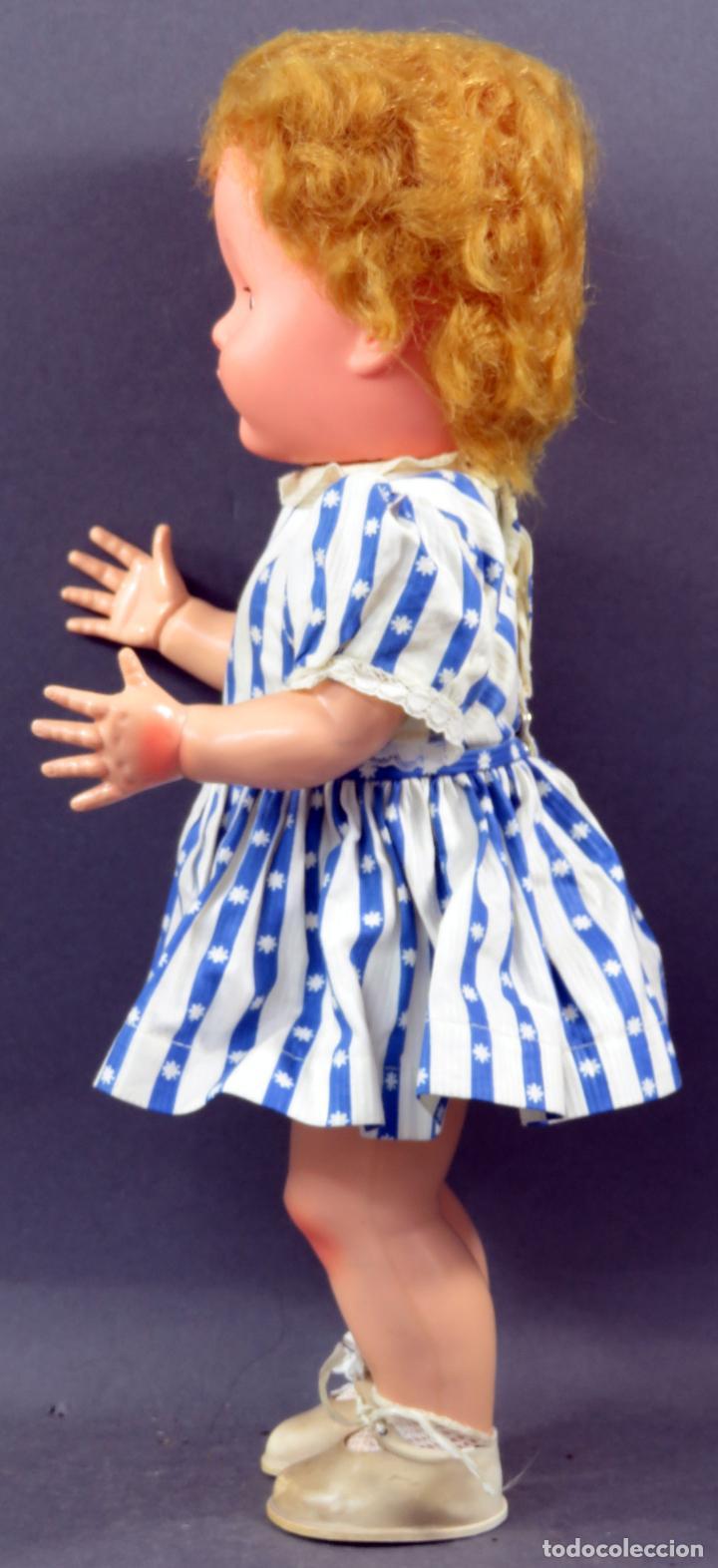 Muñecas Extranjeras: Muñeca andadora inglesa Pedigree goma y plástico ropa original con etiqueta años 60 40 cm - Foto 3 - 151966586