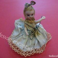Muñecas Extranjeras: ANTIGUA MUÑEQUITA DE PORCELANA PARA VITRINA. ORIGINAL FINALES S XIX. 12 CTMS. TODA ORIGINAL. Lote 155348190