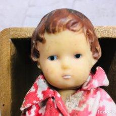 Muñecas Extranjeras: MUÑECA DE GOMA BLANDA CON ROPA AÑOS 50-60 JUGUETE ANTIGUO MUÑECO DECORACION. Lote 148057930