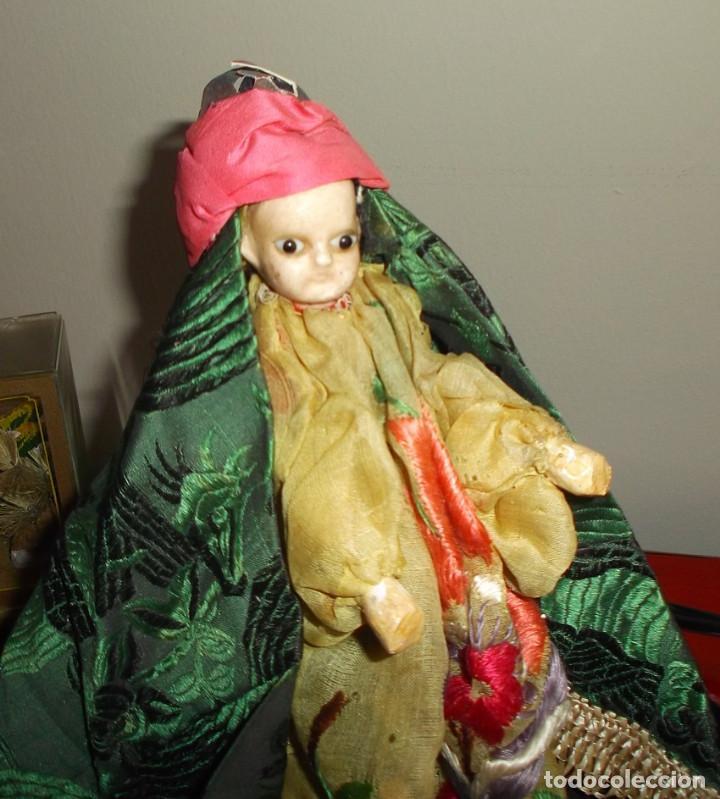 Muñecas Extranjeras: Rarísimo muñeco de cera vertida y ojos de cristal con carrito de madera juguete de arrastre - Foto 2 - 148179710