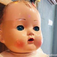 Muñecas Extranjeras: MUÑECA RAYNAL DE FABRICACION FRANCESA CON VESTIDO - MUÑECO BEBE AÑOS 50S. Lote 172100723