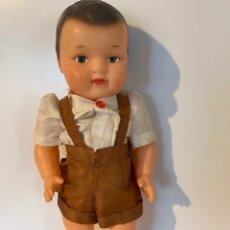 Muñecas Extranjeras: ANTIGUO MUÑECO FRANCES DE LOS 40 - 50 DE GOMA DURA CON TRAJE ORIGINAL. Lote 175944423