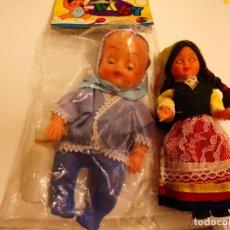 Muñecas Extranjeras: 2 MUÑECAS UNA EN SU BLISTERS BABY OJOS MOVIBLES IN HONG KONG Y LA OTRA VESTIDO TIPICO OJOS MOVIBLES. Lote 176758110