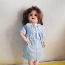 Muñecas Extranjeras: ANTIGUA MUÑECA ARTICULADA CARTÓN PIEDRA SELLO EN NUCA PARIS. Lote 180247212