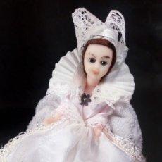 Muñecas Extranjeras: MUÑECA CON VESTIDO MEDIEVAL BLANCO. OJOS DURMIENTES. PLÁSTICO DURO. ARTESANAL.. Lote 190145838