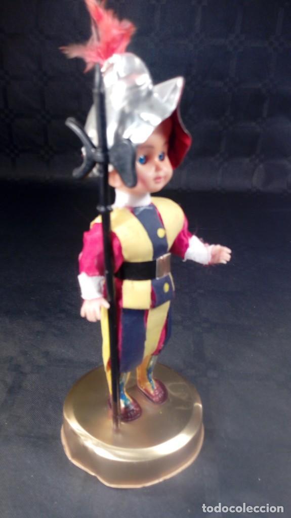 Muñecas Extranjeras: MUÑECO GUARDIA SUIZA PONTIFICIA. CABEZA CELULOIDE Y CUERPO PLÁSTICO DURO. OJOS DURMIENTES. ARTESANAL - Foto 3 - 190146555