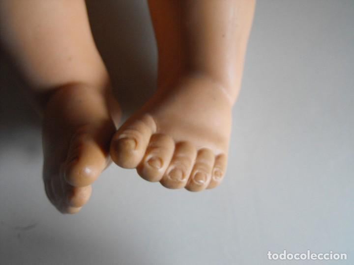 Muñecas Extranjeras: Muñeco bebe. Ojos dormilones. Made in England. Años 40 o 50. Cuerpo de goma. Cabeza celuloide. - Foto 8 - 193176595