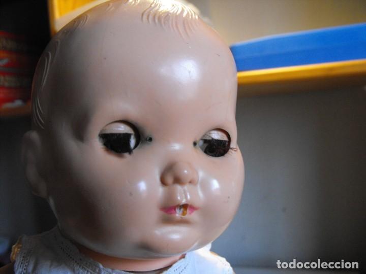 Muñecas Extranjeras: Muñeco bebe. Ojos dormilones. Made in England. Años 40 o 50. Cuerpo de goma. Cabeza celuloide. - Foto 10 - 193176595