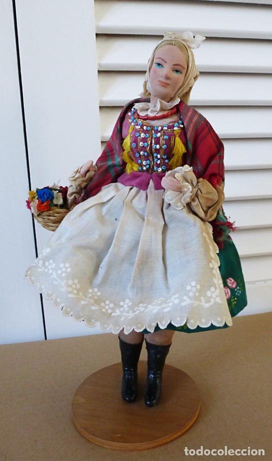 MUÑECA ESTE EUROPA VESTIDO PINTADO A MANO Y BORDADO (Juguetes - Muñeca Extranjera Antigua - Otras Muñecas)