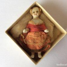Muñecas Extranjeras: MINI MUÑECA DE PORCELANA, MINIATURA CON VESTIDO ORIGINAL. SIGLO XIX. ALEMANA O FRANCESA. Lote 204456312