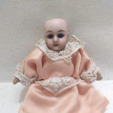 Muñecas Extranjeras: MUÑECA DE PORCELANA. 578 2/0. CUERPO DE CARTÓN PIEDRA. VESTIDO ROSA. 13CM. Lote 206316378