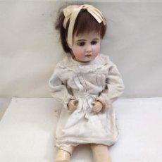 Muñecas Extranjeras: MUÑECA DE PORCELANA. S 15. CUERPO CARTÓN PIEDRA. 64CM. Lote 210733329