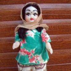 Muñecas Extranjeras: MUÑECA ANTIGUA DE PLÁSTICO DURO. REGIONAL O ETNICA / INDIA / ENTRE 1950 - 1960 / 23 CM/ LOTE 12. Lote 213397476