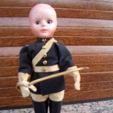 Muñecas Extranjeras: MUÑECO ANTIGUO DE CELULOIDE SOLDADO O GUARDIA REAL / ENTRE 1950 - 1960 / 16 CM/ LOTE 14. Lote 213546442