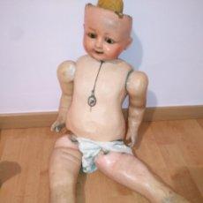 Muñecas Extranjeras: ANTIGUO MUÑECO CARTÓN PIEDRA OJOS CRISTAL 80CM. Lote 228127715