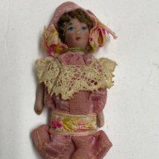 Bambole Internazionali: PEQUEÑA MUÑECA DE PORCELANA CON VESTIDO ORIGINAL. 7 CM.. Lote 231796890